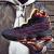 ジェームズ15騎士黒金16代オシドリの雄ライオンのレリーフクッションバスケットボールの靴の男性の花卉の規格品の運動靴の騎士(15代の本当の息の敷き物)の43